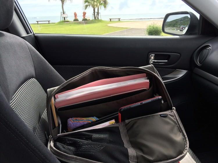 ひらくPCバッグは車の中でも大活躍!